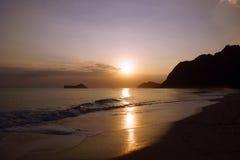 Ανατολή ξημερωμάτων στην παραλία Waimanalo πέρα από το νησί βράχου άνω του τ Στοκ φωτογραφίες με δικαίωμα ελεύθερης χρήσης
