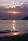 Ανατολή ξημερωμάτων στην παραλία Waimanalo πέρα από το νησί βράχου ένα crac Στοκ Εικόνες