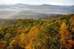 Ανατολή πέρα από τα μεγάλα καπνώδη βουνά στην αιχμή του χρώματος φθινοπώρου Στοκ φωτογραφίες με δικαίωμα ελεύθερης χρήσης