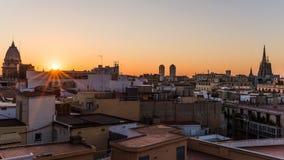 Ανατολή πέρα από τα σπίτια της Βαρκελώνης με την άποψη σχετικά με τον καθεδρικό ναό Στοκ εικόνα με δικαίωμα ελεύθερης χρήσης