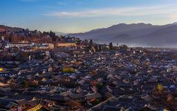 Ανατολή πέρα από την παλαιά πόλη Lijiang Στοκ Εικόνες
