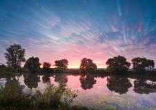 Ανατολή πέρα από τη λίμνη με την αντανάκλαση των γυμνών δέντρων στο νερό στοκ φωτογραφία με δικαίωμα ελεύθερης χρήσης