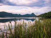 Ανατολή πέρα από τη λίμνη στο χωριό στοκ εικόνα