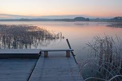 Ανατολή πέρα από τη λίμνη Στοκ Φωτογραφία