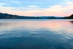 Ανατολή πέρα από τη λίμνη Στοκ Εικόνα