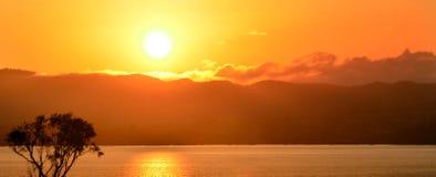 Ανατολή πέρα από τη λίμνη Rotorua Στοκ Φωτογραφία