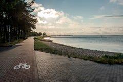 Ανατολή πέρα από τη λιμνοθάλασσα Curonian Στοκ Εικόνες