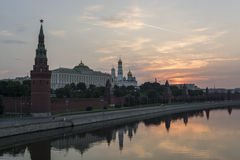 Ανατολή πέρα από τη Μόσχα Κρεμλίνο (5:21). Άποψη του θορίου Στοκ φωτογραφία με δικαίωμα ελεύθερης χρήσης