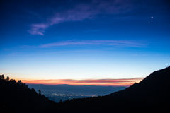 Ανατολή πέρα από τη σειρά βουνών στο ANG Khang, Chiang Mai, Thaila Doi Στοκ φωτογραφία με δικαίωμα ελεύθερης χρήσης