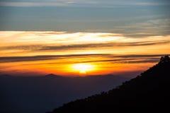 Ανατολή πέρα από τη σειρά βουνών στο ANG Khang, Chiang Mai, Thaila Doi Στοκ Φωτογραφία