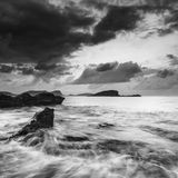 Ανατολή πέρα από τη δύσκολη ακτή στο τοπίο θάλασσας Meditarranean στο S Στοκ φωτογραφία με δικαίωμα ελεύθερης χρήσης