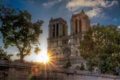 Ανατολή πέρα από τη Notre Dame Στοκ εικόνα με δικαίωμα ελεύθερης χρήσης