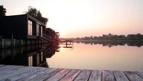 Ανατολή πέρα από τον ποταμό κοντά στα σπίτια φιλμ μικρού μήκους