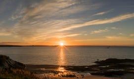 Ανατολή πέρα από τον ωκεανό και την ακτή του Νιού Μπρούνγουικ Στοκ Εικόνες
