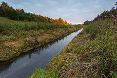 Ανατολή πέρα από το λιβάδι και τον ποταμό Στοκ Εικόνες
