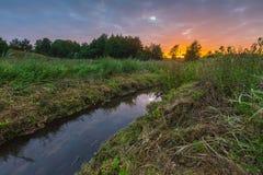 Ανατολή πέρα από το λιβάδι και τον ποταμό Στοκ εικόνες με δικαίωμα ελεύθερης χρήσης