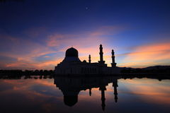 Ανατολή πέρα από το μουσουλμανικό τέμενος σε Kota Kinabalu Sabah Μαλαισία Στοκ Εικόνες