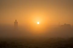 Ανατολή πέρα από το μουσουλμανικό τέμενος στο μαροκινό χωριό Στοκ Εικόνες