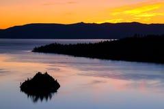 Ανατολή πέρα από το σμαραγδένιο κόλπο στη λίμνη Tahoe, Καλιφόρνια, ΗΠΑ Στοκ Φωτογραφία