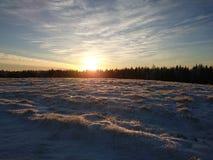 Ανατολή πέρα από το χιονώδες Hill Στοκ Φωτογραφία
