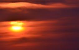 Ανατολή - που βγαίνει από τα σύννεφα - δραματική μεγαλοπρεπής ομορφιά εθνικού στοκ εικόνα