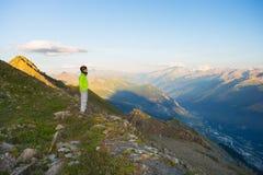 Ανατολή προσοχής γυναικών πέρα από τις Άλπεις Valle στο d'Aosta, Ιταλία στοκ εικόνες με δικαίωμα ελεύθερης χρήσης