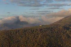 Ανατολή σε ένα αγρόκτημα στο υποστήριγμα Strega το φθινόπωρο, μπλε ουρανός με το σύννεφο Στοκ Φωτογραφίες
