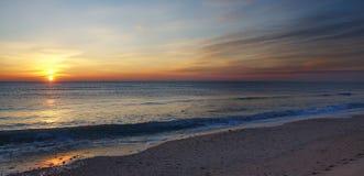 Ανατολή σε μια παραλία Στοκ φωτογραφία με δικαίωμα ελεύθερης χρήσης