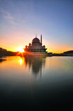 Ανατολή σε Putra το /Mosque Putrajaya στοκ φωτογραφία