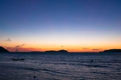 Ανατολή σε Rawai με τη μακριά βάρκα ουρών Στοκ εικόνα με δικαίωμα ελεύθερης χρήσης