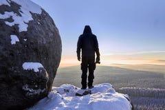 Ανατολή, σκιαγραφία στο χιονώδη βράχο Στοκ φωτογραφίες με δικαίωμα ελεύθερης χρήσης