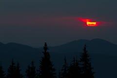 Ανατολή στα βουνά Οι περιλήψεις των κομψών κορυφών και των ακτίνων ήλιων ` s κάνουν τον τρόπο τους μέσω των αιχμών σύννεφων Υπόβα Στοκ εικόνες με δικαίωμα ελεύθερης χρήσης