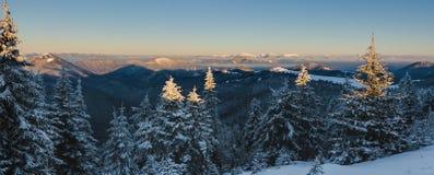 Ανατολή στα χειμερινά βουνά - μεγαλύτερο Fatra, Σλοβακία Στοκ φωτογραφία με δικαίωμα ελεύθερης χρήσης