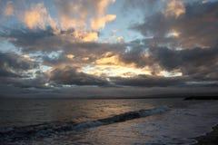 Ανατολή στην αρκτική ωκεάνια παραλία με τη μαύρη άμμο Στοκ Εικόνα