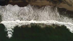 Ανατολή στην παραλία με την ωκεάνια άποψη και τα τεράστια κύματα απόθεμα βίντεο