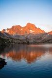 Ανατολή στη λίμνη γρανατών και αιχμή εμβλημάτων στο ίχνος του John Muir Στοκ εικόνα με δικαίωμα ελεύθερης χρήσης