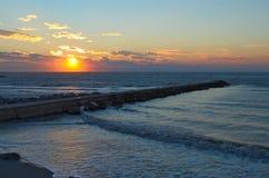 Ανατολή στη θάλασσα με έναν κυματοθραύστη φιαγμένο από βράχους που εισάγονται στη θάλασσα Στοκ εικόνα με δικαίωμα ελεύθερης χρήσης
