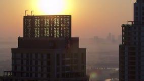 Ανατολή στη μαρίνα του Ντουμπάι με τους πύργους από την κορυφή απόθεμα βίντεο