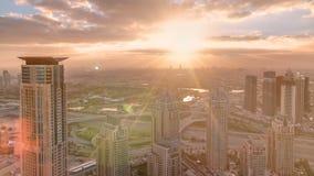 Ανατολή στη μαρίνα του Ντουμπάι με τους πύργους και το λιμάνι με το γιοτ από το skyscrapper, Ντουμπάι, Ε.Α.Ε. timelapse 4K απόθεμα βίντεο