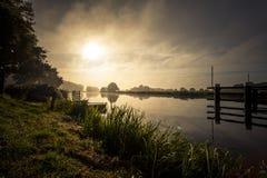 Ανατολή στη misty όχθη ποταμού Στοκ εικόνες με δικαίωμα ελεύθερης χρήσης