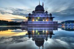 Ανατολή στο μουσουλμανικό τέμενος Putra Στοκ εικόνες με δικαίωμα ελεύθερης χρήσης