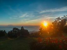 Ανατολή στο υψηλό βουνό το πρωί σε Huai Nam Dang Nationa Στοκ Εικόνα