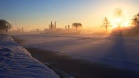 Ανατολή στο όμορφο πρωί που λάμπει στο παγωμένο κανάλι στο ολλανδικό χειμερινό τοπίο Στοκ Φωτογραφία