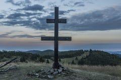 Ανατολή στο λόφο Velky Javonik στη Σλοβακία με το μεγάλο σταυρό Στοκ φωτογραφία με δικαίωμα ελεύθερης χρήσης