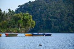 Ανατολή στο Annapurnas και το επιπλέον σώμα βαρκών στη λίμνη Στοκ εικόνες με δικαίωμα ελεύθερης χρήσης