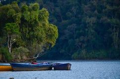 Ανατολή στο Annapurnas και το επιπλέον σώμα βαρκών στη λίμνη Στοκ Εικόνες