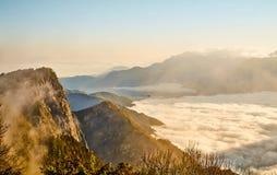 Ανατολή, σύννεφο της θάλασσας, βράχοι και mounatin Yushan κάτω από τον ουρανό στο εθνικό πάρκο Alishan (βουνό του Ali) Στοκ φωτογραφίες με δικαίωμα ελεύθερης χρήσης
