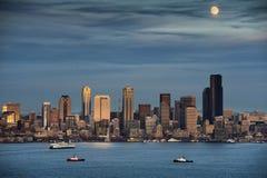 Ανατολή του φεγγαριού πέρα από το Σιάτλ, Ουάσιγκτον. Στοκ εικόνες με δικαίωμα ελεύθερης χρήσης