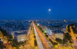 Ανατολή του φεγγαριού πέρα από το champs-Elysees στο Παρίσι στο σούρουπο Στοκ Εικόνες