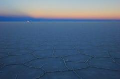 Ανατολή του φεγγαριού Salar de Uyuni, αλατισμένη λίμνη, Βολιβία Στοκ Εικόνες